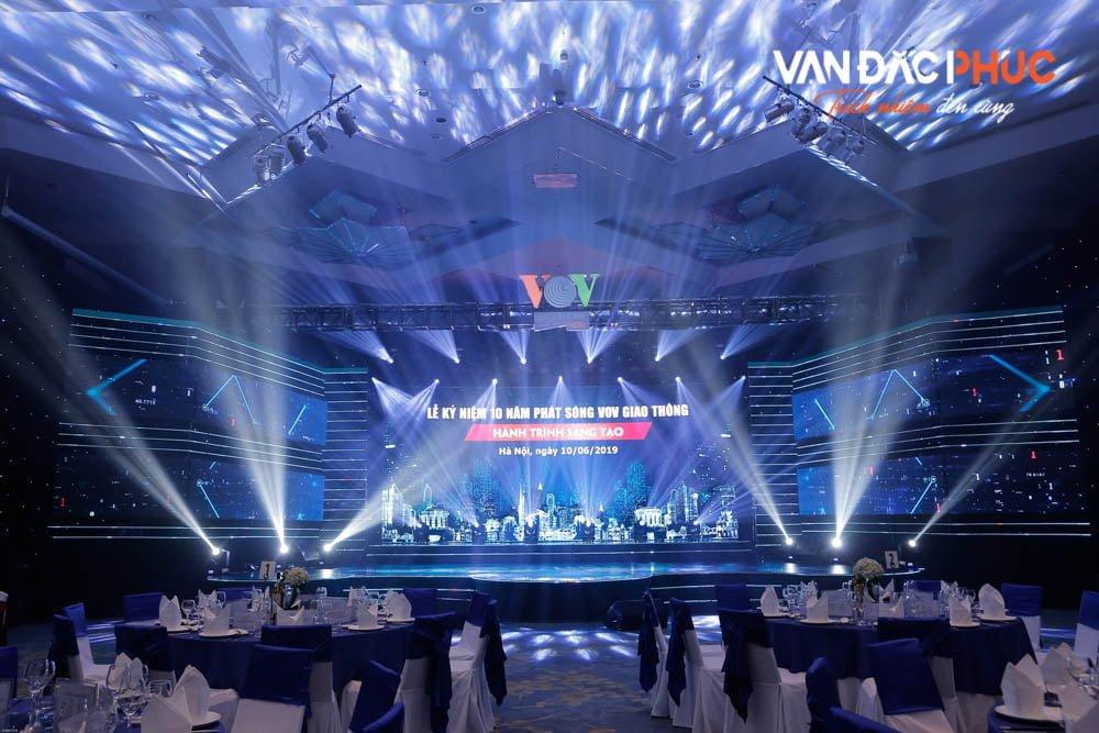 Lễ kỉ niệm diễn ra trong không gian sang trọng, sân khấu thiết kế ấn tượng